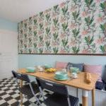Le papier peint Caraïbes dans une cuisine rétro chic par Lalaklak